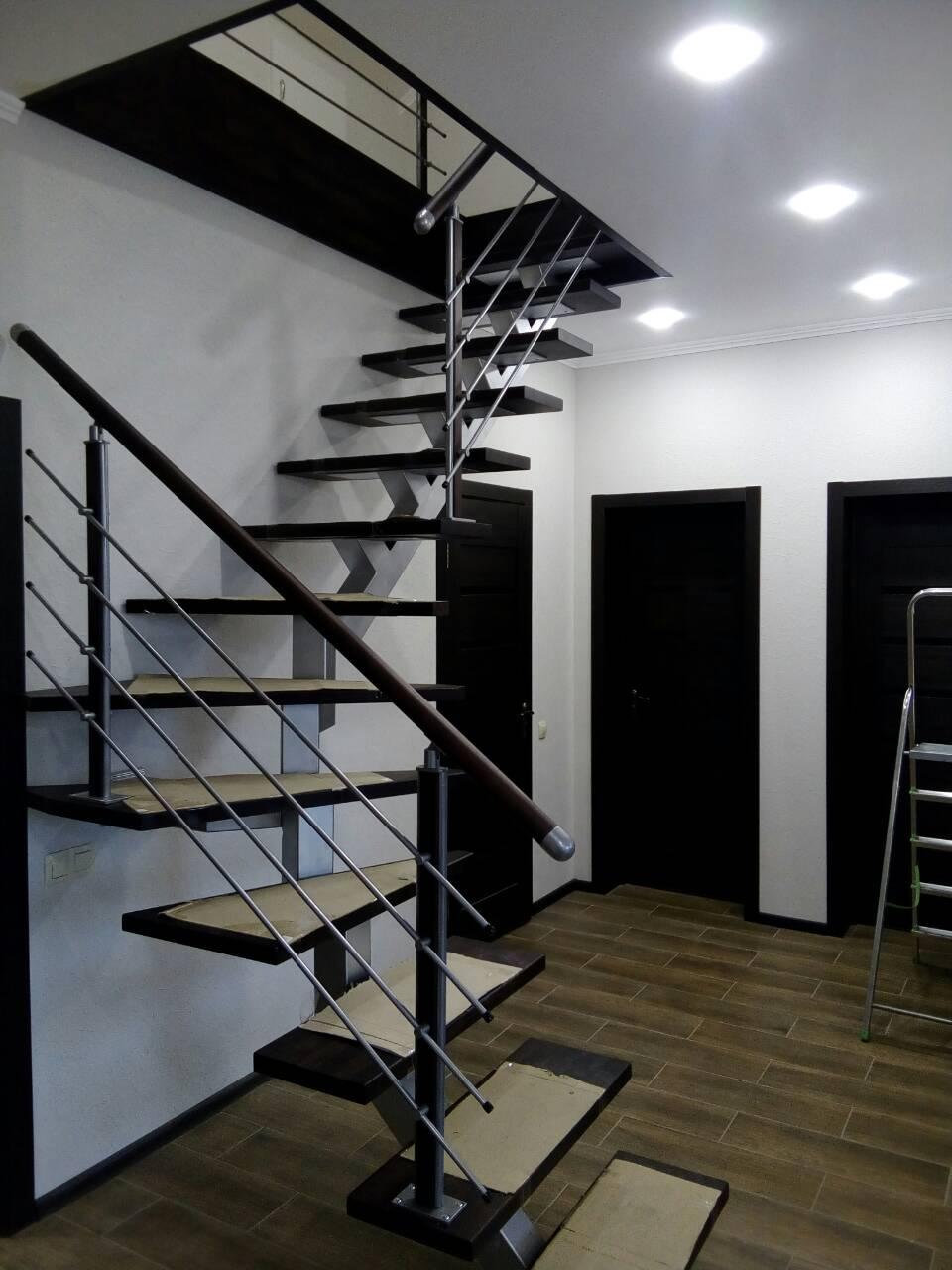 модульная лестница крашенные ступени  ограждение
